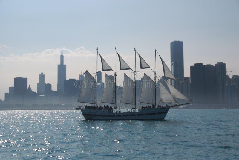 Het varen voorbij Chicago stock afbeeldingen