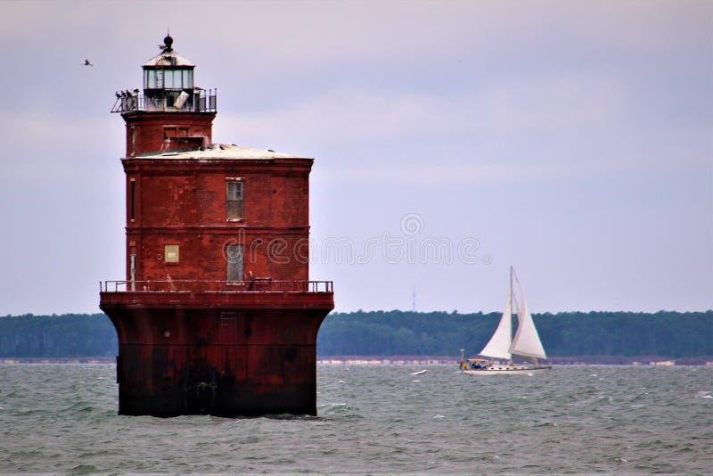 Het varen voorbij een Chesapeake Baai Licht Huis stock afbeelding