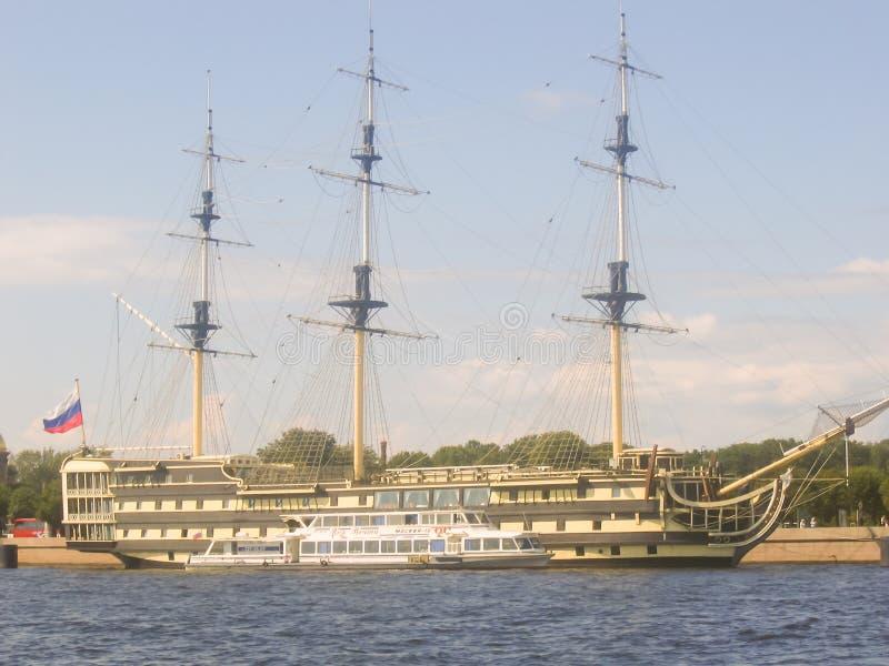 Het varende schip dat opzij ligt royalty-vrije stock foto's