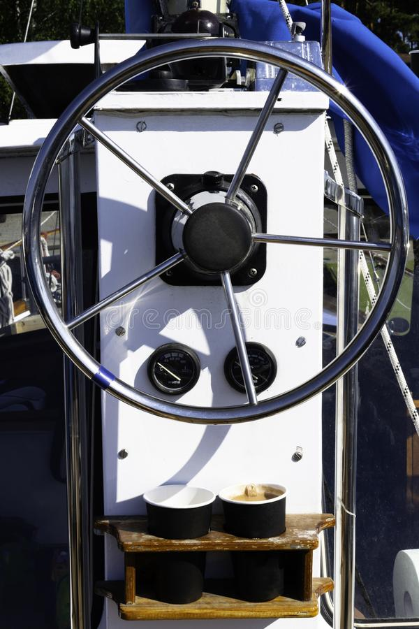 Het varende wiel van de jachtcontrole en voert, roer, koffie uit stock fotografie