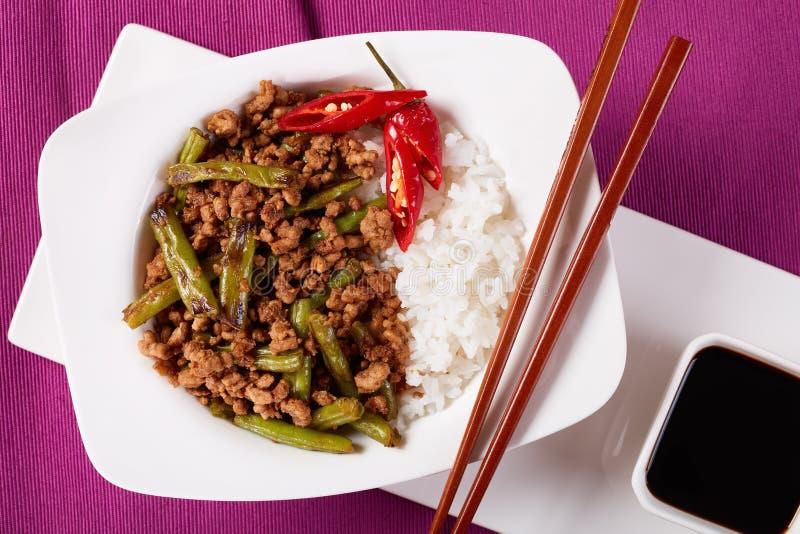 Het varkensvlees beweegt Gebraden gerecht met Slabonen en rijst royalty-vrije stock afbeeldingen