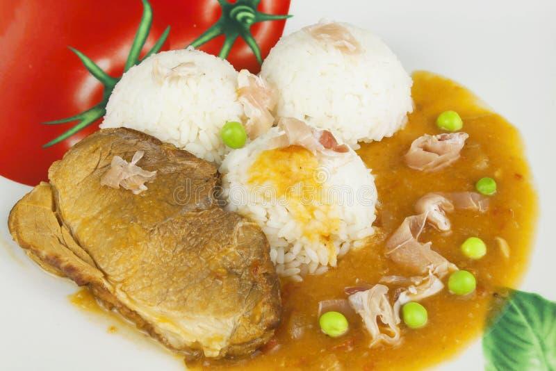 Het varkensvlees van het plakbraadstuk met rijst en saus Het voorbereiden van eigengemaakt voedsel royalty-vrije stock afbeeldingen