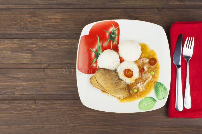 Het varkensvlees van het plakbraadstuk met rijst en saus Het voorbereiden van eigengemaakt voedsel royalty-vrije stock afbeelding