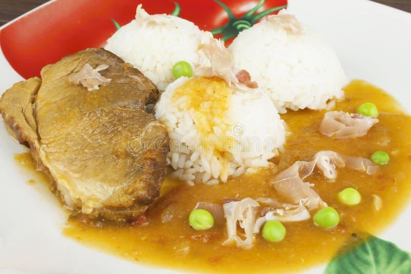 Het varkensvlees van het plakbraadstuk met rijst en saus Het voorbereiden van eigengemaakt voedsel stock afbeelding