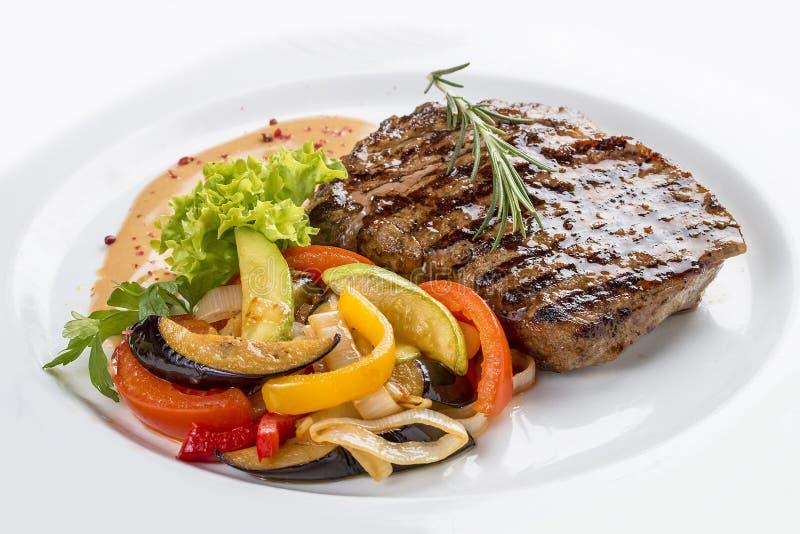 Het varkensvleeslapje vlees met groente versiert stock afbeelding
