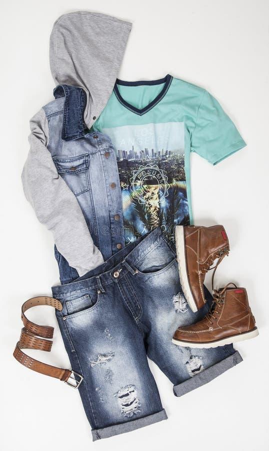 Het vastgestelde menswear overhemd en de schoenen van de borrelsriem op witte achtergrond stock afbeelding