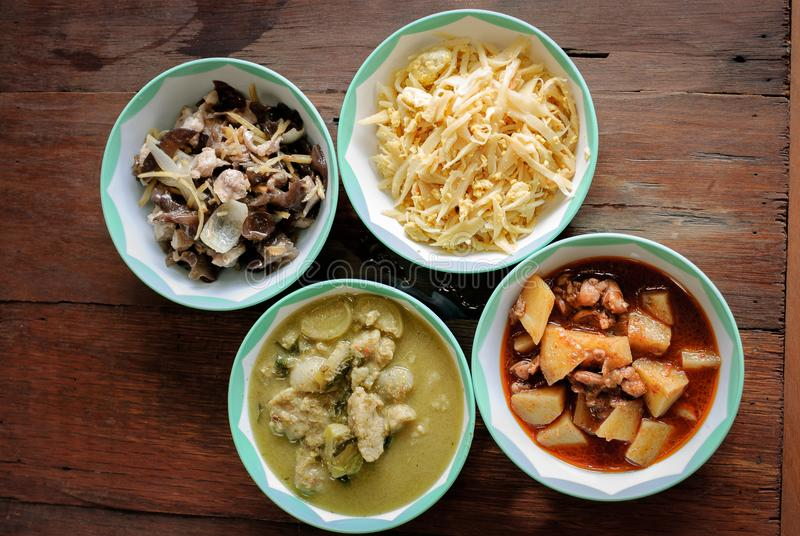 Het vastgestelde menu in Thaise stijl met Thaise kippen groene kerrie, massaman, be*wegen-gebraden gember, beweegt gebraden Thais stock afbeeldingen