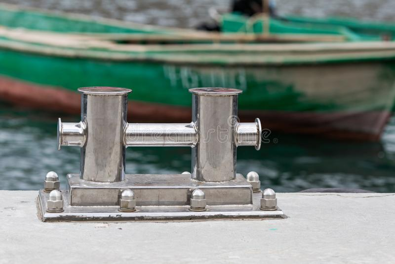 Het vastleggen bitt op pier tegen vissenboten royalty-vrije stock afbeelding