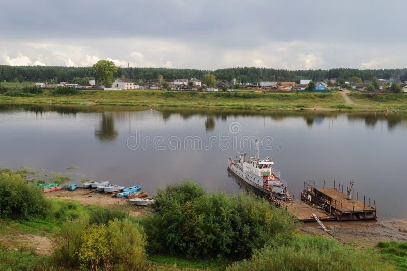Het vastleggen op de rivierbank stock fotografie
