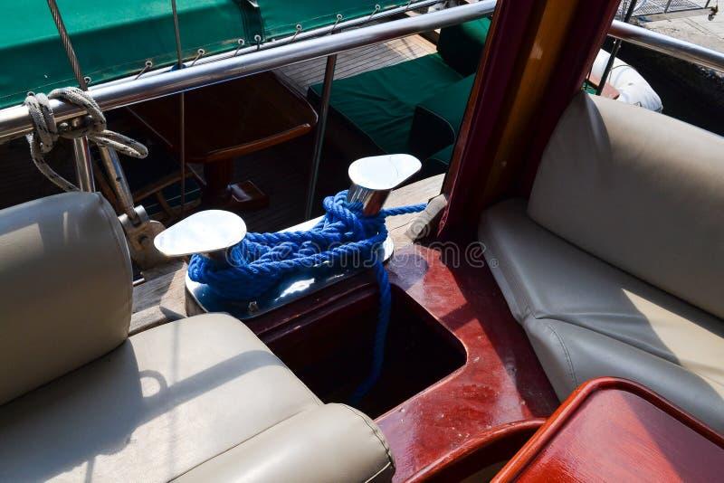Het vastleggen van een meerpaal op het dek van een schip Schipdetails stock afbeeldingen
