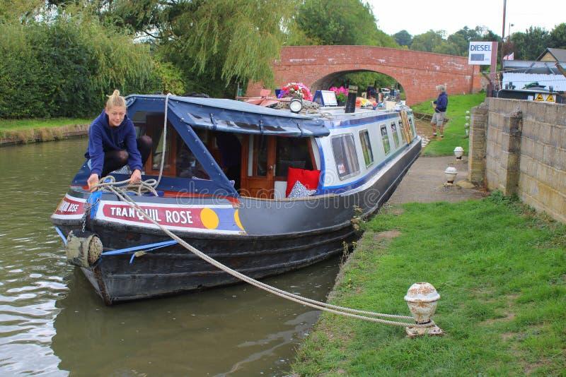 Het vastleggen van een narrowboat op kanaal in Engeland stock afbeeldingen