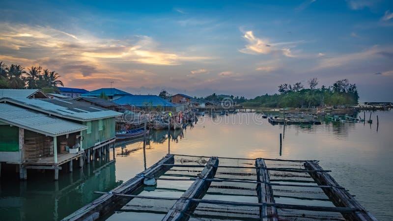 Het vastleggen van Traditionele Vissersboot op Pier Port stock foto's