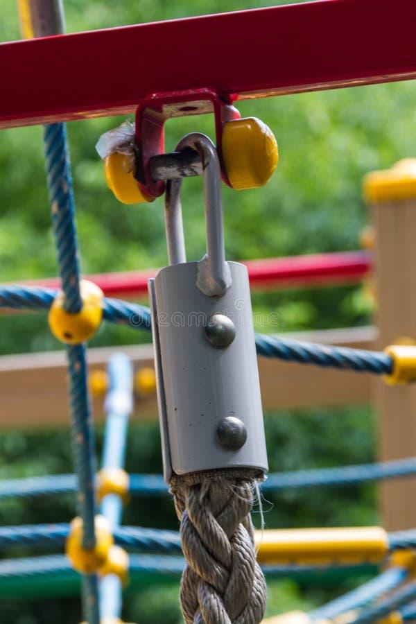 Het vastmaken van een kabel aan een dwarsligger stock foto