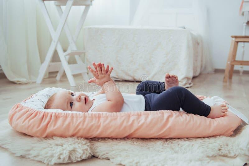Het vastzetten voor kinderen De babyslaap in bed Een gezonde kleine baby spoedig na geboorte royalty-vrije stock foto's