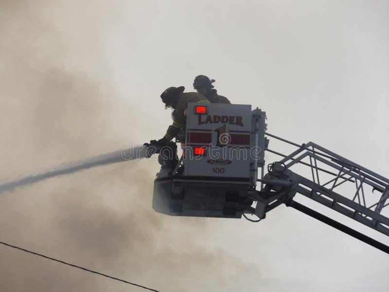 Het vechten branden van een afstand stock fotografie