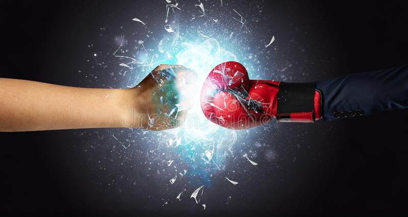 Het vechten overhandigt brekend glas vector illustratie