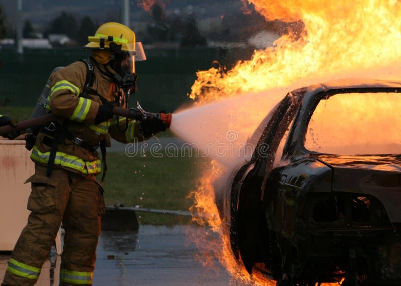 Het Vechten van Firefigher de Brand van het Voertuig stock foto's