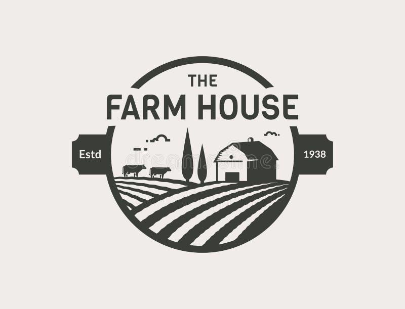 Het vectorembleem van het landbouwbedrijfhuis met schuur, koeien en gebieden stock illustratie