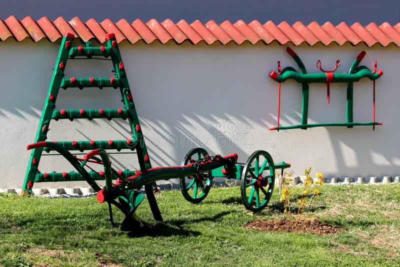 Het veelvoud schilderde en herstelde vers kleurrijk oud uitstekend die retro de landbouwmateriaal als tuindecoratie wordt gebruik royalty-vrije stock foto's