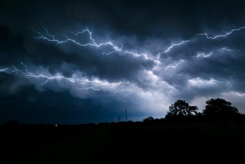 Het veelvoud vertakte zich en vertakte zich bliksembouten in de hemel over noordoostelijk Nebraska stock afbeelding
