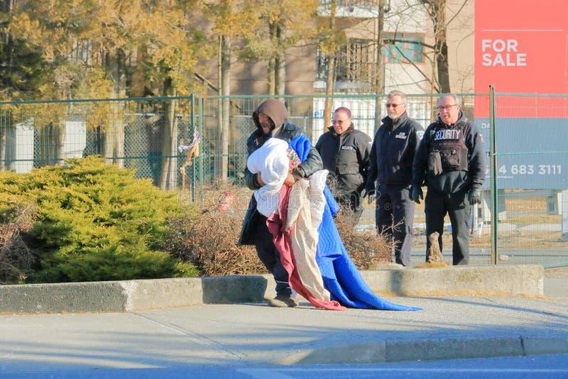 Het veiligheidspersoneel zet Dakloze Persoon uit royalty-vrije stock afbeeldingen