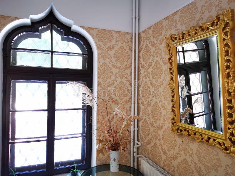 Het venster in de spiegel wordt weerspiegeld die royalty-vrije stock afbeeldingen