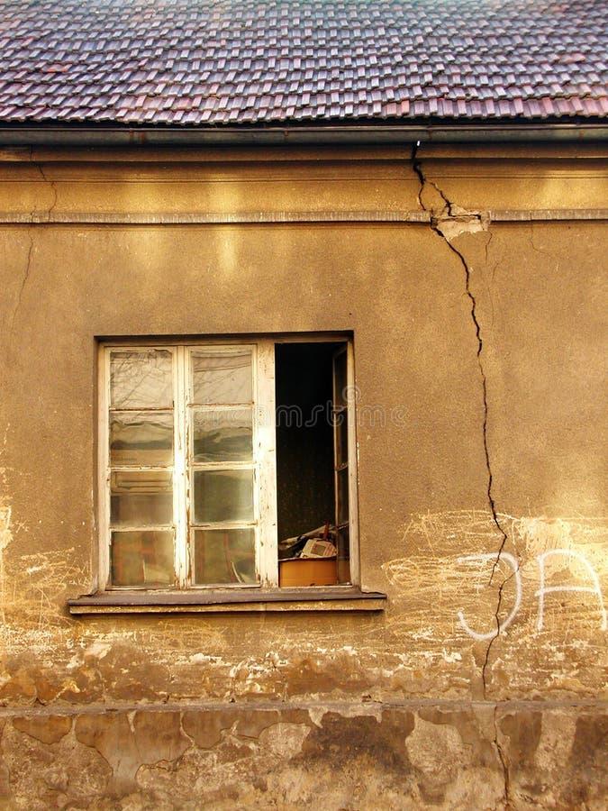 Het venster en de barst stock fotografie