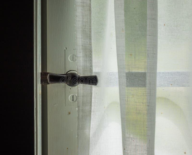 Het venster met binnen gordijn van een oude boerderij royalty-vrije stock afbeelding