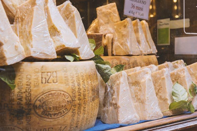 Het venster van de de parmezaanse kaaswinkel van Bologna royalty-vrije stock afbeeldingen