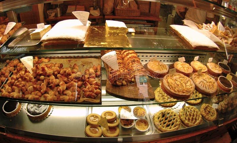 Het venster van de winkel met cakes royalty-vrije stock foto's