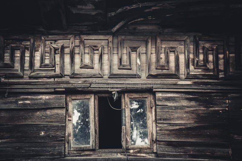 Het venster van de zolder in een oud huis royalty-vrije stock afbeeldingen