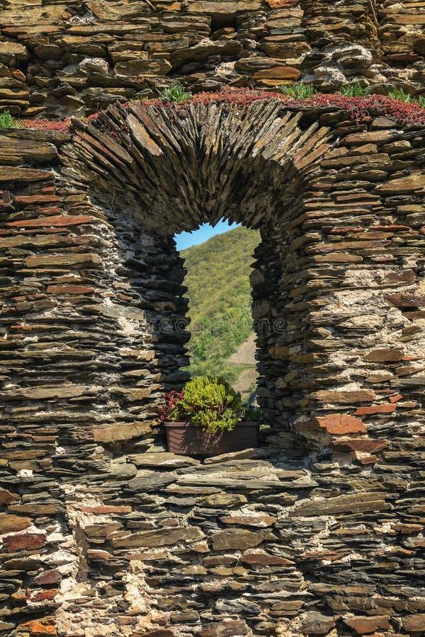 Het venster van een oude vesting stock afbeeldingen