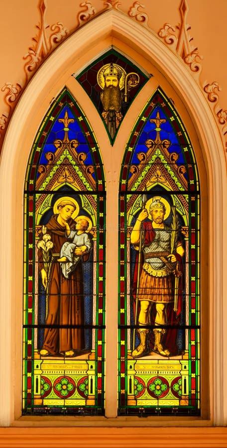 Het venster van het kerkgebrandschilderde glas stock afbeeldingen