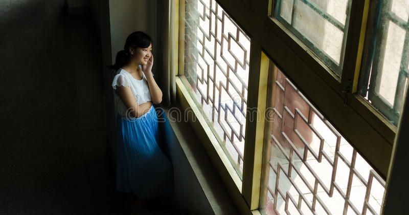 Het venster van het meisje royalty-vrije stock afbeelding