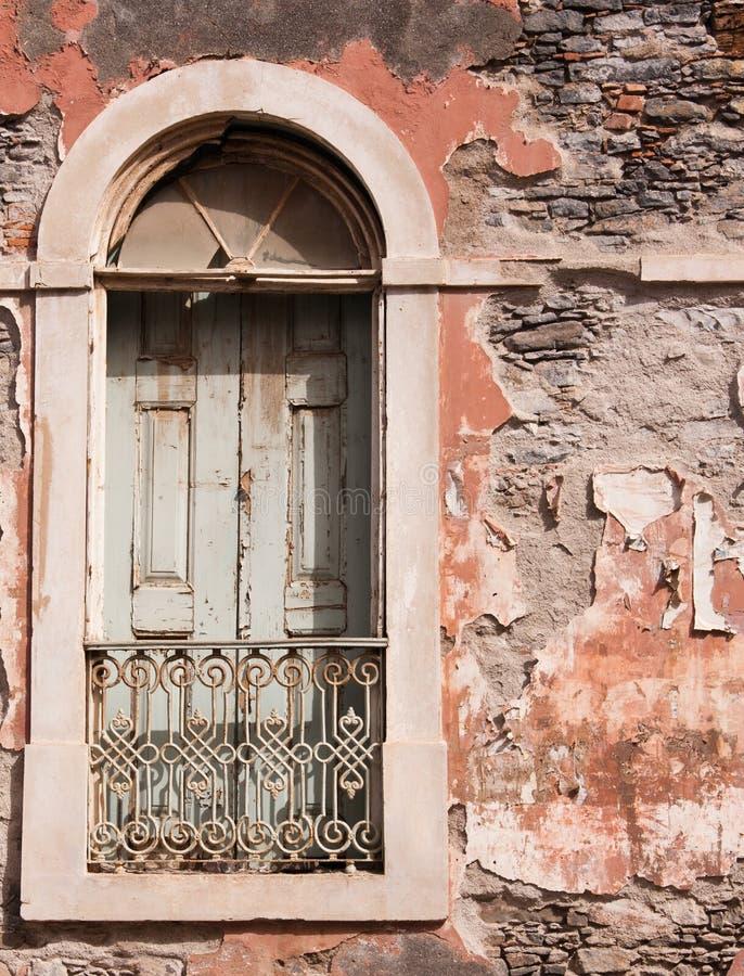 Het venster van het oude verlaten huis stock afbeeldingen