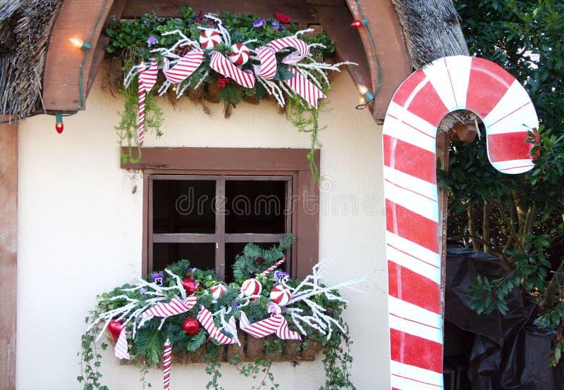 Het Venster van het plattelandshuisje bij Kerstmis stock afbeelding