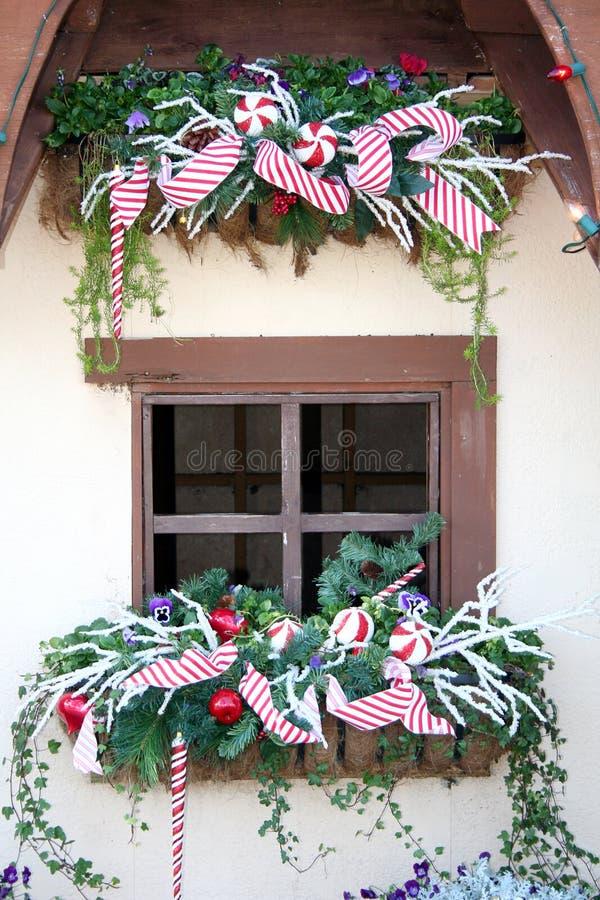 Het Venster van het plattelandshuisje bij Kerstmis stock foto
