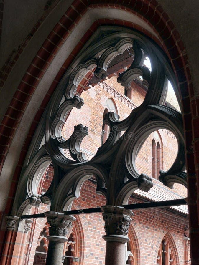 Het venster van kloostertracery van Malbork-kasteel, Polen stock afbeelding