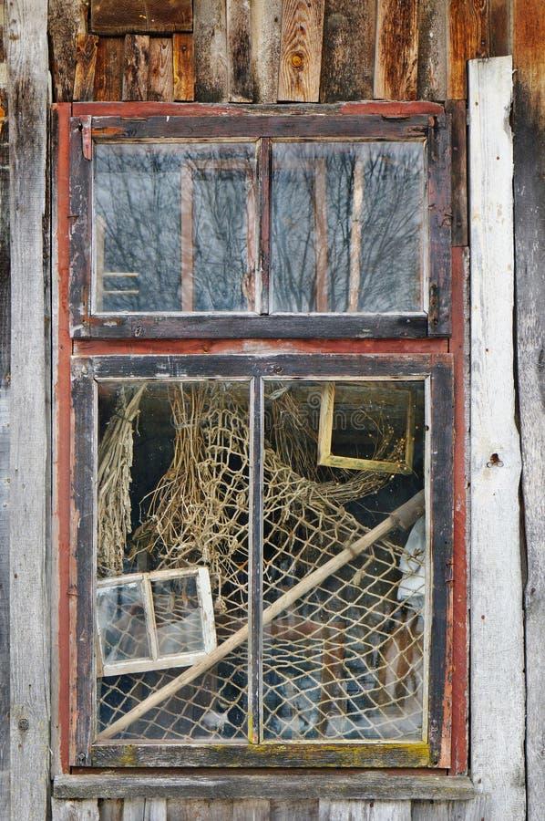 Het venster van het oude geruïneerde dorpshuis waarin de visser eens leefde stock foto