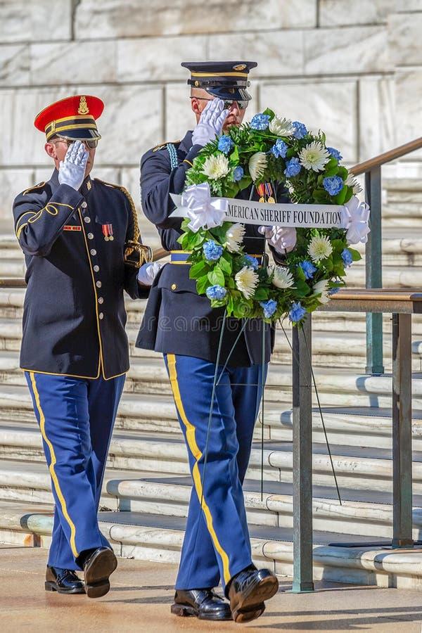 Het veranderen van de wacht bij het Graf van de Onbekende Militair in Arli stock fotografie