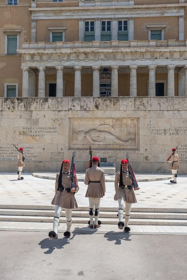 Het Veranderen van de Wachtceremonie vindt voor het Griekse Parlementsgebouw plaats stock afbeelding