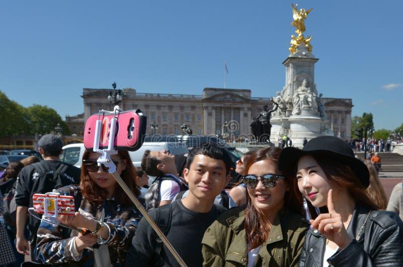 Het veranderen van de Wachtenceremonie bij Buckingham Palace Londen het UK stock afbeelding