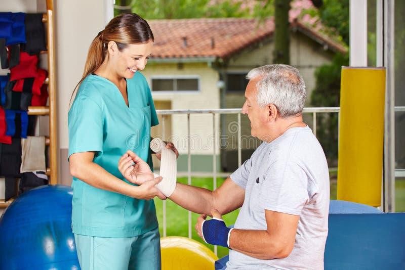 Het veranderende verband van de verpleegster bij royalty-vrije stock afbeeldingen