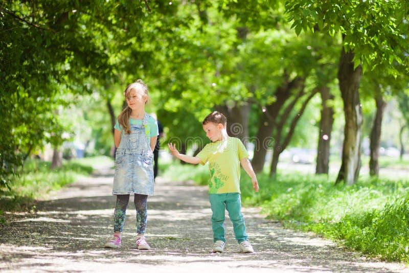 Het verband tussen broer en zuster, geeft u indient een moeilijke situatie, is het meisje beledigd royalty-vrije stock afbeelding