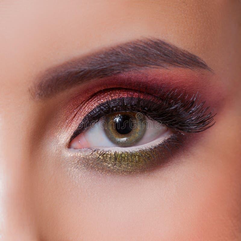 Het verbazen Heldere oogmake-up in luxueuze scharlaken schaduwen Roze en blauwe kleur, gekleurde oogschaduw stock foto's