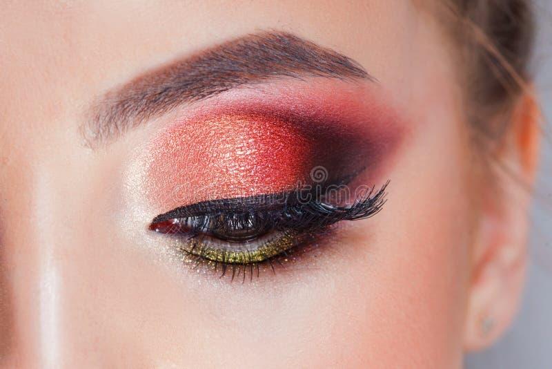 Het verbazen Heldere oogmake-up in luxueuze scharlaken schaduwen Roze en blauwe kleur, gekleurde oogschaduw royalty-vrije stock foto
