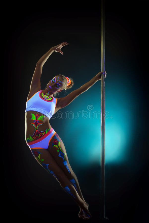 Het verbazen van slanke vrouw die met UVmake-up op pool dansen royalty-vrije stock afbeeldingen