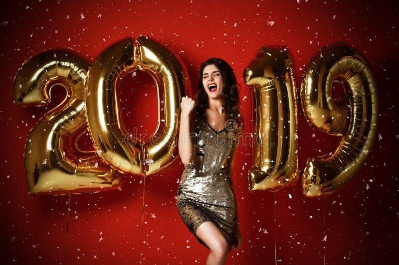 Het verbazen van vrolijke modieuze vrouw die met Ballons Eve Party van het Nieuwjaar vieren royalty-vrije stock foto