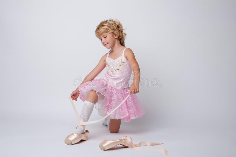 Het verbazen van weinig ballerina die pointes in studio binden royalty-vrije stock foto's
