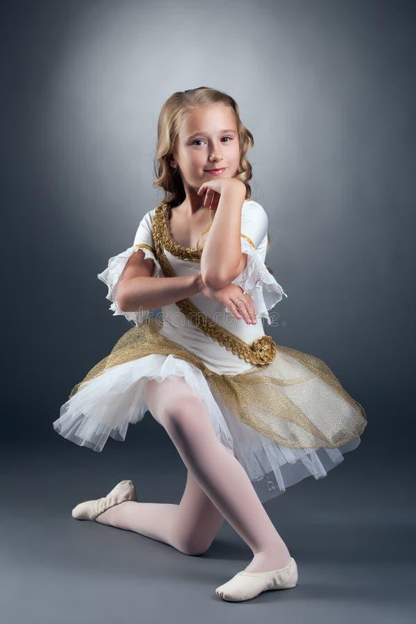 Het verbazen van weinig balletdanser het stellen bij camera royalty-vrije stock afbeeldingen